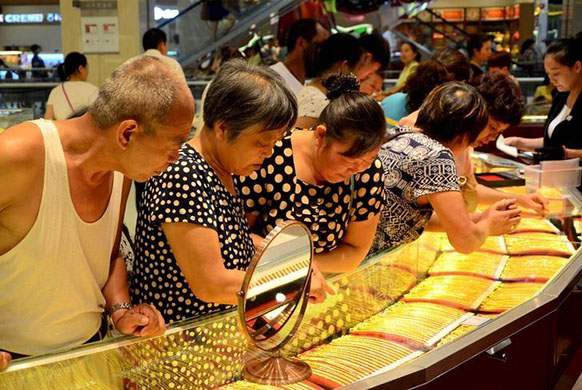 Chinese Citizens Shopping For Gold